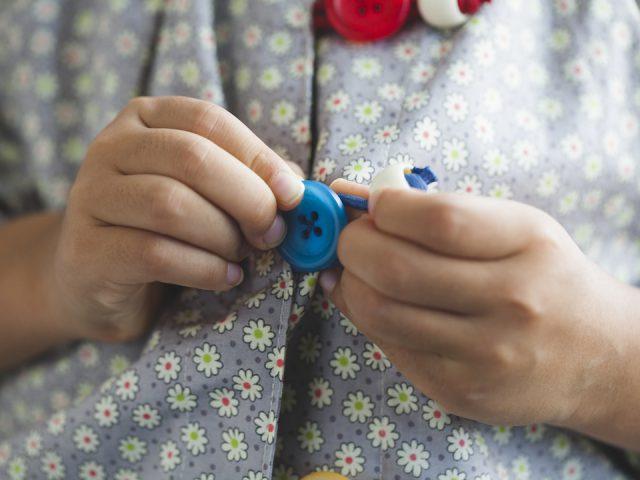 ボタンホールではなく、ボタンをループにひっかけるタイプ。ループの色とボタンの色が同じなので、かけ違いがありません。