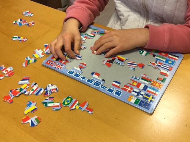 パズルも大好き。世界の国旗のパズルで遊ぶ希瑛(きえ)さん。