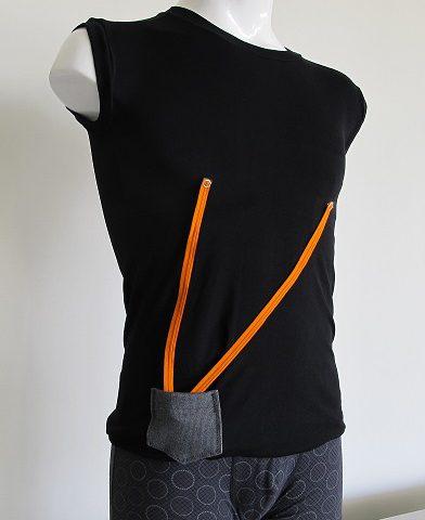 胸の部分に心拍、心電などの測定ディバイスが組み込まれています。オレンジ色のコードはディバイスとバッテリーをつなぐ配線。